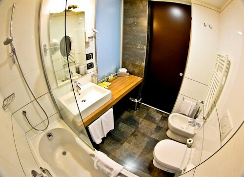 DoubleTree by Hilton Milan - guest bathrooms