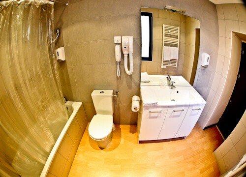 Hotel Heliot Toulouse, en suite bathroom