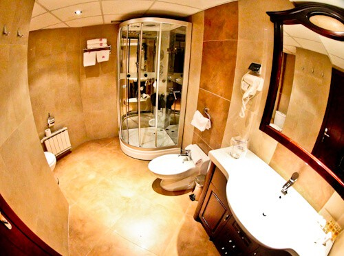Hotel Bosna, Banja Luka, Bosnia and Herzegovina, en suite bathroom