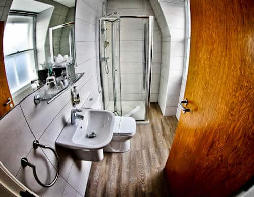 Serviced Apartments Edinburgh - Braid Apartments by Mansley - En Suite Bathroom