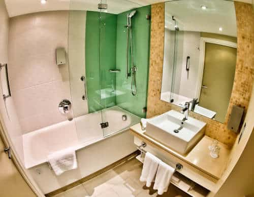 Holiday Inn - Hotels in Stratford London - Ensuite Bathroom